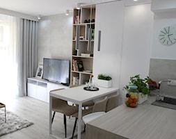 Eleganckie, nowoczesne, jasne mieszkanie w apartamentowcu - Mały szary biały salon z kuchnią z jadalnią z tarasem / balkonem, styl nowoczesny - zdjęcie od MK HOME