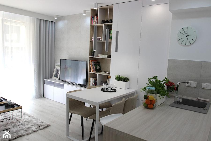 Aranżacje wnętrz - Salon: Eleganckie, nowoczesne, jasne mieszkanie w apartamentowcu - Mały szary biały salon z kuchnią z jadalnią z tarasem / balkonem, styl nowoczesny - MK HOME. Przeglądaj, dodawaj i zapisuj najlepsze zdjęcia, pomysły i inspiracje designerskie. W bazie mamy już prawie milion fotografii!