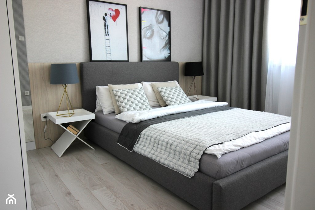 nowoczesnie, elegancko z klasą, szarosci ocieplone drewnem - Średnia szara sypialnia małżeńska, sty ... - zdjęcie od MK HOME - Homebook