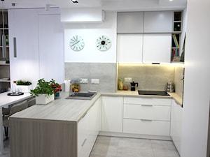 Eleganckie, nowoczesne, jasne mieszkanie w apartamentowcu - Mała szara kuchnia w kształcie litery u w aneksie z wyspą, styl nowoczesny - zdjęcie od MK HOME