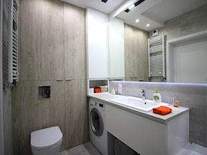 Eleganckie, nowoczesne, jasne mieszkanie w apartamentowcu - Mała szara łazienka w bloku w domu jednorodzinnym bez okna, styl nowoczesny - zdjęcie od MK HOME