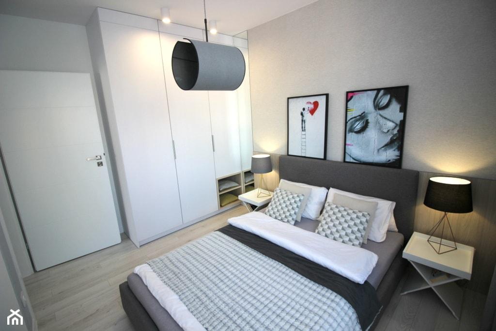 nowoczesnie, elegancko z klasą, szarosci ocieplone drewnem - Średnia szara sypialnia małżeńska, styl nowoczesny - zdjęcie od MK HOME - Homebook
