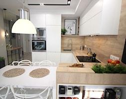 Rodzinne gniazdko, eleganckie i komfortowe - Średnia biała beżowa kuchnia w kształcie litery u w ane ... - zdjęcie od MK HOME - Homebook