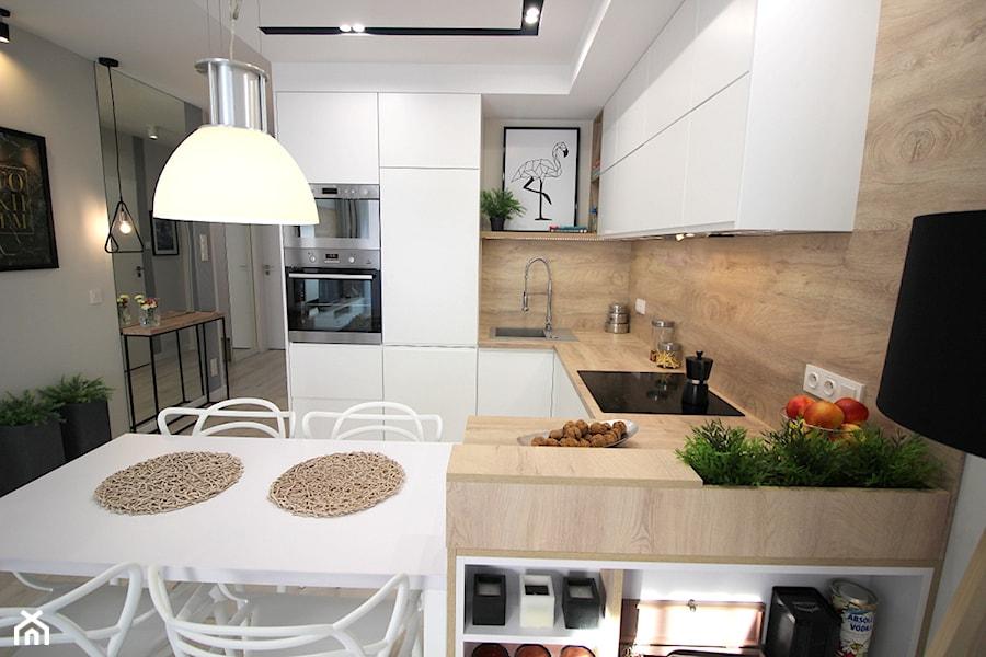 Rodzinne gniazdko, eleganckie i komfortowe - Średnia biała beżowa kuchnia w kształcie litery u w aneksie z wyspą, styl nowoczesny - zdjęcie od MK HOME