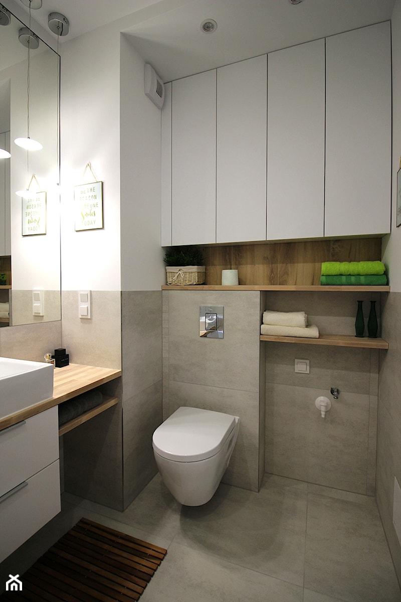 Aranżacje wnętrz - Łazienka: Przytulnie, nowocześnie, klimatycznie - Mała biała łazienka, styl nowoczesny - MK HOME. Przeglądaj, dodawaj i zapisuj najlepsze zdjęcia, pomysły i inspiracje designerskie. W bazie mamy już prawie milion fotografii!