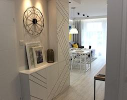 Rodzinne gniazdko, eleganckie i komfortowe - Mały szary hol / przedpokój, styl nowoczesny - zdjęcie od MK HOME - Homebook