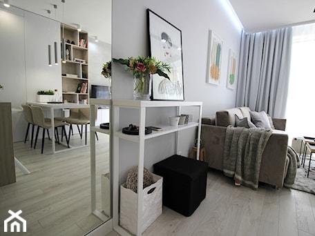 Aranżacje wnętrz - Salon: Eleganckie, nowoczesne, jasne mieszkanie w apartamentowcu - Mały biały salon z bibiloteczką z jadalnią, styl nowoczesny - MK HOME. Przeglądaj, dodawaj i zapisuj najlepsze zdjęcia, pomysły i inspiracje designerskie. W bazie mamy już prawie milion fotografii!