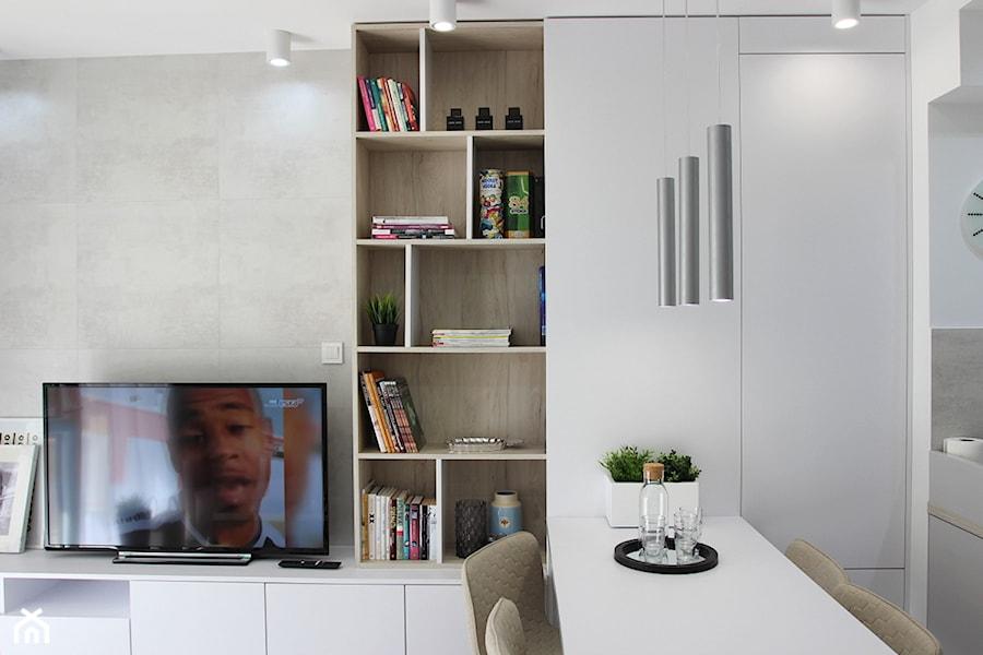 Eleganckie, nowoczesne, jasne mieszkanie w apartamentowcu - Średni szary salon z bibiloteczką z kuchnią z jadalnią, styl nowoczesny - zdjęcie od MK HOME