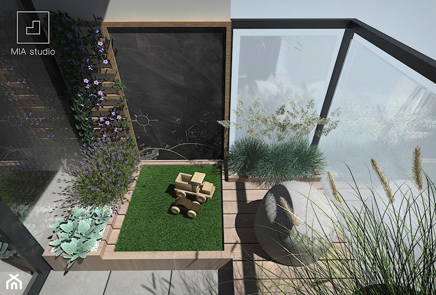 Aranżacje wnętrz - Taras: Balkon dla dziecka ze sztuczną trawą - MIA studio. Przeglądaj, dodawaj i zapisuj najlepsze zdjęcia, pomysły i inspiracje designerskie. W bazie mamy już prawie milion fotografii!