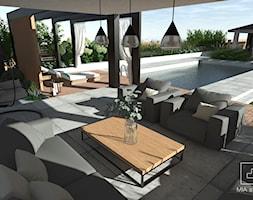 Ogród z basenem - Średni ogród za domem z huśtawką z basenem zadaszony przedłużeniem dachu, styl nowoczesny - zdjęcie od MIA studio