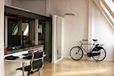 mieszkanie na poddaszu, białe biurko, drewniana podłoga, szara lampa wisząca