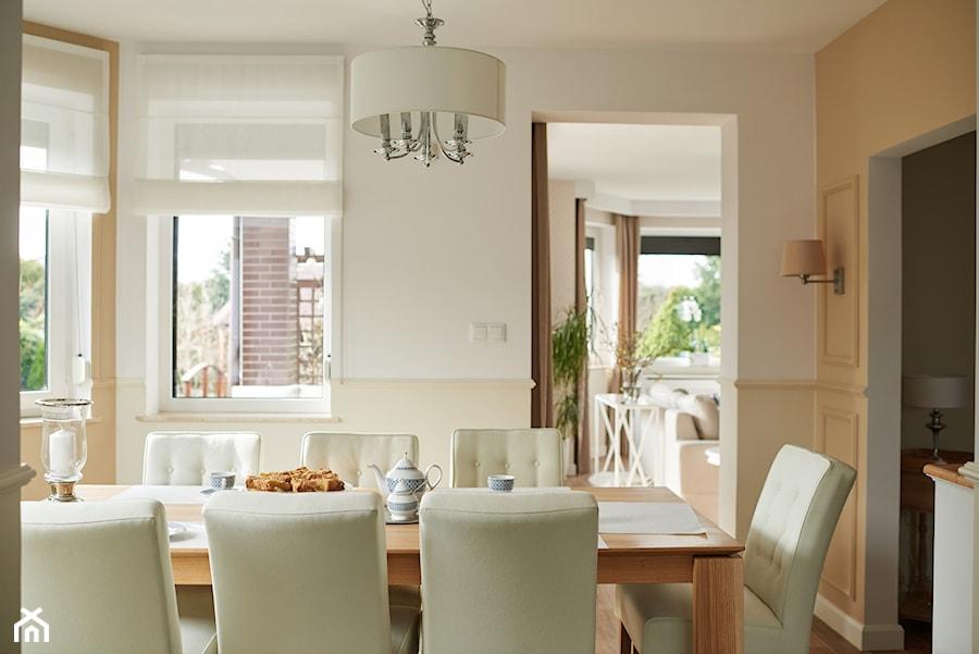 Śródziemnomorskie klimaty - Średnia zamknięta biała beżowa jadalnia jako osobne pomieszczenie, styl nowojorski - zdjęcie od StudioAtoato