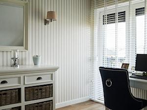 Śródziemnomorskie klimaty - Małe szare biuro kącik do pracy, styl nowojorski - zdjęcie od StudioAtoato