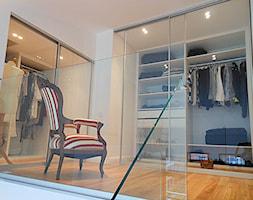 apartament loft city park - Średnia otwarta garderoba na poddaszu, styl minimalistyczny - zdjęcie od StudioAtoato