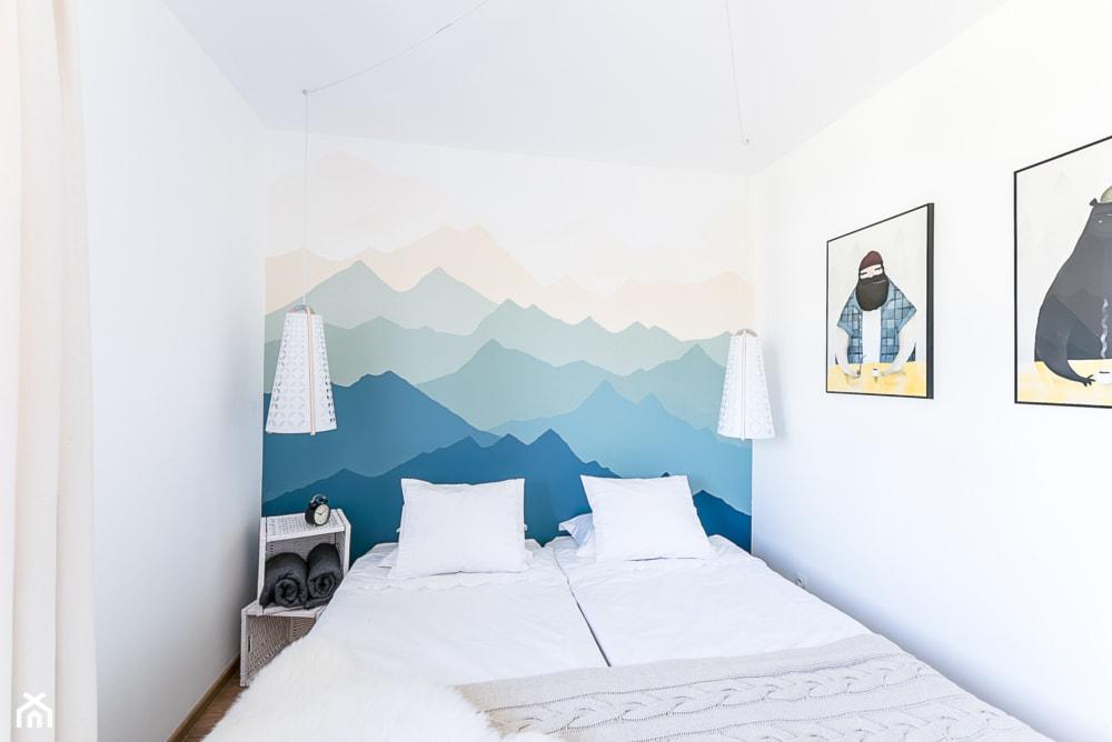 Biała sypialnia z błękitną fototapetą