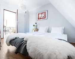 Apartament Daglezja - Średnia biała szara sypialnia dla gości na poddaszu z balkonem / tarasem, styl skandynawski - zdjęcie od jedna.pani.s
