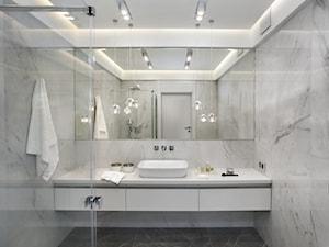 APARTAMENT PRZY PARKU - Mała biała łazienka w bloku w domu jednorodzinnym bez okna, styl nowoczesny - zdjęcie od architekt Roland Stańczyk | RS Studio Projektowe