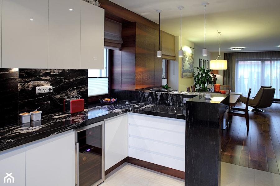 WILANÓW - Średnia otwarta biała czarna kuchnia w kształcie litery u w aneksie z oknem, styl nowoczesny - zdjęcie od architekt Roland Stańczyk | RS Studio Projektowe