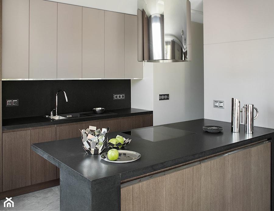 APARTAMENT PRZY PARKU - Średnia otwarta biała czarna kuchnia dwurzędowa z wyspą, styl nowoczesny - zdjęcie od architekt Roland Stańczyk | RS Studio Projektowe