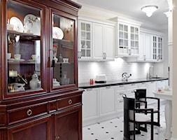 Mokotów Park - Duża wąska biała żółta kuchnia jednorzędowa, styl klasyczny - zdjęcie od architekt Roland Stańczyk | RS Studio Projektowe