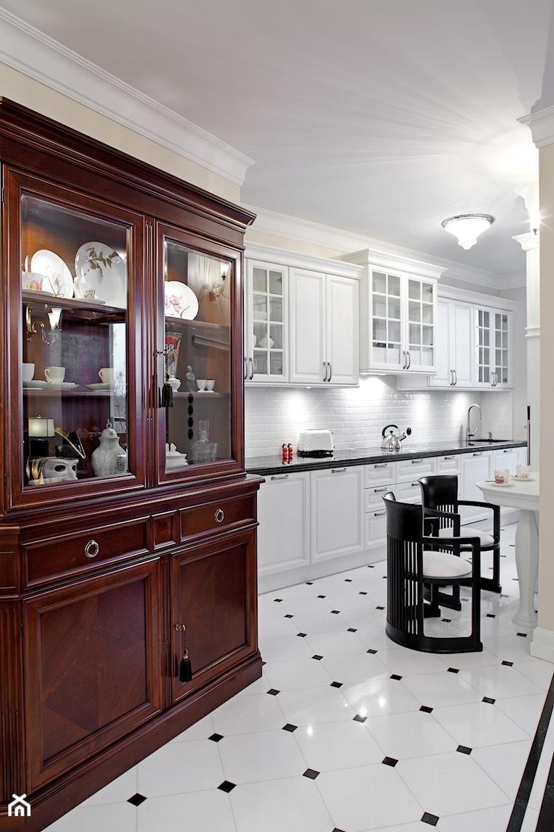 Mokotów Park - Duża wąska biała żółta kuchnia jednorzędowa, styl klasyczny - zdjęcie od architekt Roland Stańczyk   RS Studio Projektowe