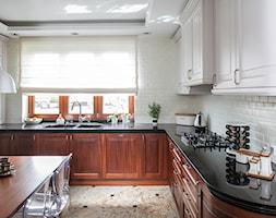 Kuchnia klasyczna - Duża zamknięta szara kuchnia w kształcie litery u z oknem, styl eklektyczny - zdjęcie od architekt Roland Stańczyk   RS Studio Projektowe - Homebook