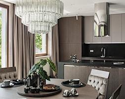 APARTAMENT PRZY PARKU - Średnia otwarta biała czarna kuchnia dwurzędowa z wyspą z oknem, styl nowoc ... - zdjęcie od architekt Roland Stańczyk   RS Studio Projektowe - Homebook