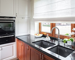 Kuchnia klasyczna - Średnia biała kuchnia w kształcie litery l z oknem, styl eklektyczny - zdjęcie od architekt Roland Stańczyk   RS Studio Projektowe - Homebook