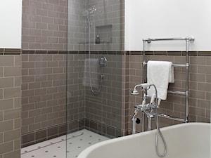 Mokotów Park - Średnia biała brązowa łazienka w bloku bez okna, styl klasyczny - zdjęcie od architekt Roland Stańczyk | RS Studio Projektowe
