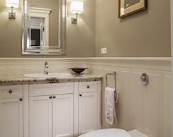 Konstancja 2 - Mała biała beżowa łazienka w domu jednorodzinnym bez okna, styl klasyczny - zdjęcie od architekt Roland Stańczyk   RS Studio Projektowe