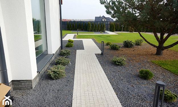 ścieżka ogrodowa z kostki brukowej