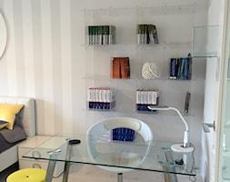 Barbakan - Małe beżowe szare biuro kącik do pracy w pokoju, styl nowoczesny - zdjęcie od Karolina Beyer