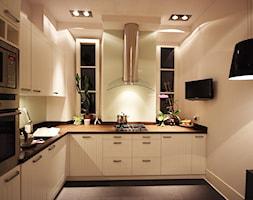 Mieszkanie w kamienicy na Kromera w Warszawie - Średnia zamknięta biała kuchnia w kształcie litery l, styl skandynawski - zdjęcie od Natasza Dubiel