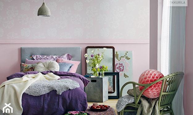 różowe ściany w sypialni, fioletowa narzuta, motywy kwiatowe w sypialni