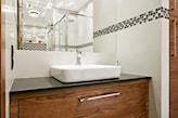 lustro łazienkowe bez ramy, czarny blat, drewniana szafka łazienkowa