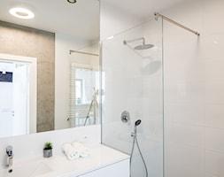 Łazienka z białymi kaflami i betonem dekoracyjnym - zdjęcie od Nowa Papiernia