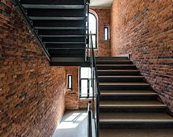 Nowa Papiernia we Wrocławiu - Duże szerokie schody trójbiegowe drewniane kamienne, styl industrialny - zdjęcie od Nowa Papiernia