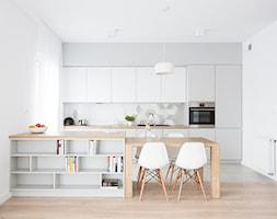 Duża otwarta biała kuchnia jednorzędowa dwurzędowa z wyspą z oknem, styl skandynawski - zdjęcie od INTERIOLOGY