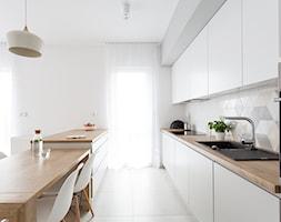 Duża otwarta kuchnia jednorzędowa w aneksie z wyspą, styl skandynawski - zdjęcie od INTERIOLOGY