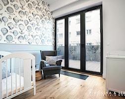 Apartament Mokotów - Średni biały szary pokój dziecka dla chłopca dla dziewczynki dla niemowlaka, styl nowoczesny - zdjęcie od Piwońska&Serwa