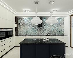 Apartament Żoliborz - Duża zamknięta biała szara kuchnia w kształcie litery l z wyspą z oknem, styl nowojorski - zdjęcie od Piwońska&Serwa