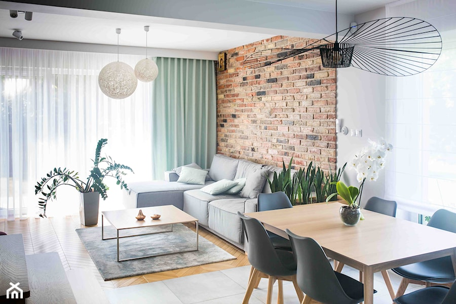 Projekt domu szeregowego - Średni szary beżowy salon z jadalnią z tarasem / balkonem - zdjęcie od Biuro projektowe Joanna Karwowska