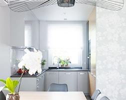Projekt domu szeregowego - Mała otwarta biała jadalnia w kuchni - zdjęcie od Biuro projektowe Joanna Karwowska
