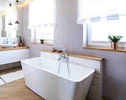 Projekt domu szeregowego - Duża fioletowa łazienka w domu jednorodzinnym z oknem - zdjęcie od Biuro projektowe Joanna Karwowska