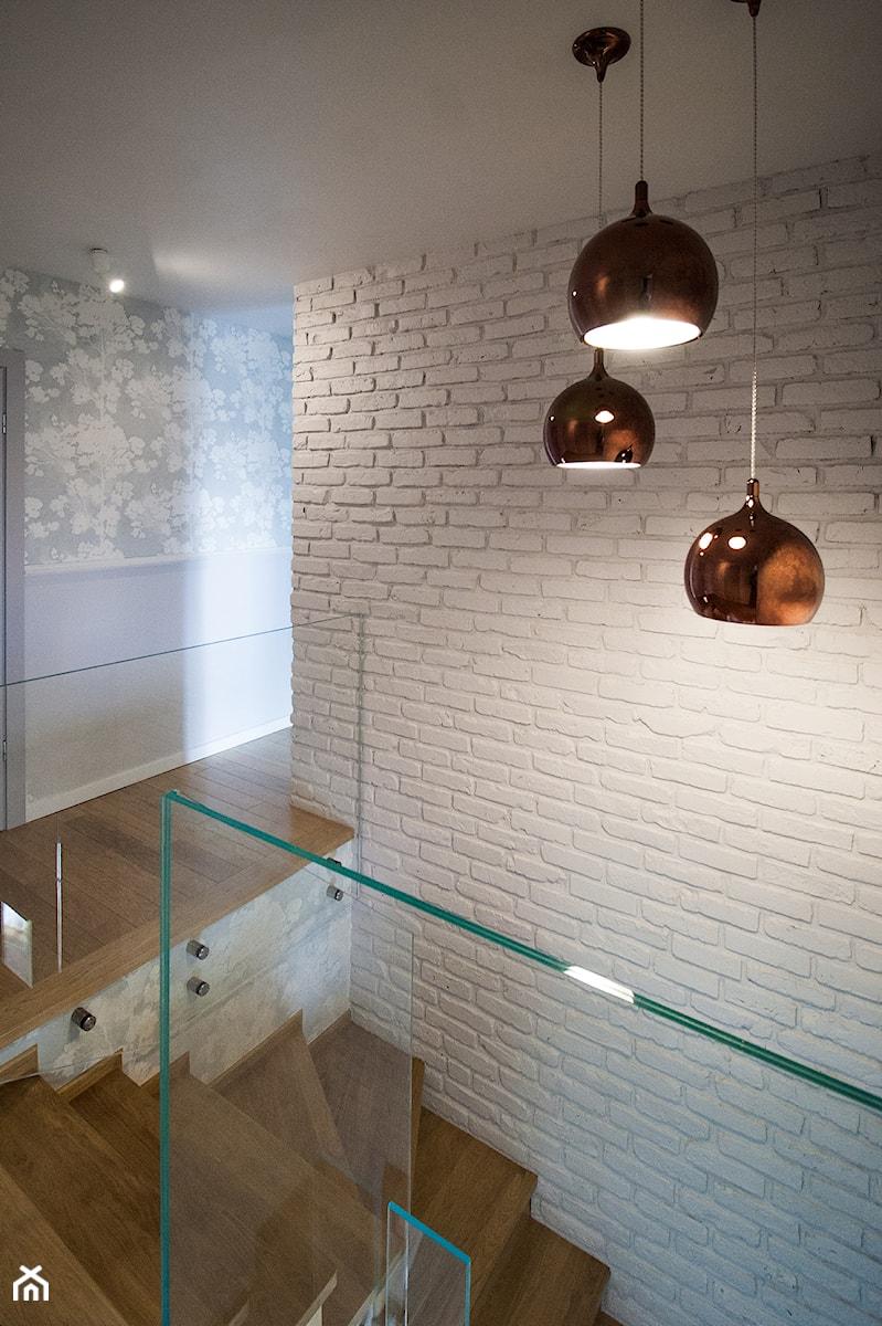 Aranżacje wnętrz - Hol / Przedpokój: Projekt domu szeregowego - Średni biały szary hol / przedpokój - Biuro projektowe Joanna Karwowska. Przeglądaj, dodawaj i zapisuj najlepsze zdjęcia, pomysły i inspiracje designerskie. W bazie mamy już prawie milion fotografii!