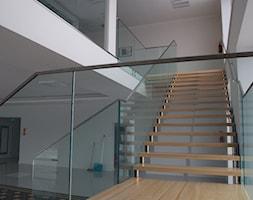 Balustrady całoszklane firmy Tierspol - zdjęcie od Tierspol producent schodów szklanych i całoszklanych - Homebook