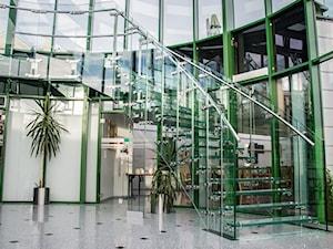 Szklane schody w hotelowym holu