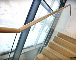 Szklane balustrady w klatce schodowej - zdjęcie od Tierspol producent schodów szklanych i całoszklanych - Homebook