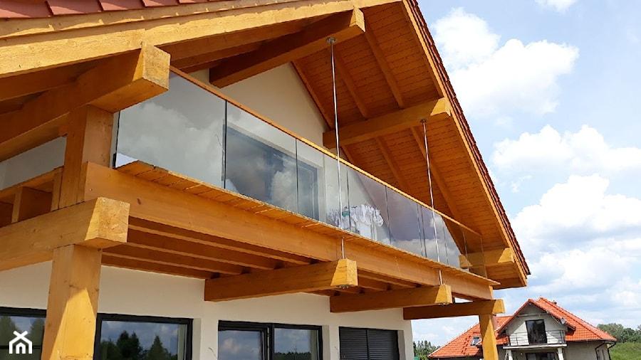Balustrady szklane z drewnianym pochwytem na zewnątrz - zdjęcie od Tierspol producent schodów szklanych i całoszklanych