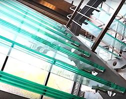 Schody i balustrady szklane w siedzibie firmy - zdjęcie od Tierspol producent schodów szklanych i całoszklanych - Homebook
